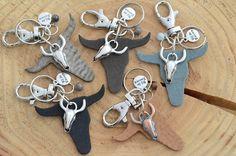Sleutelhanger leren bull Diy Leather Bracelet, Leather Keyring, Leather Jewelry, Leather Craft, Diy Jewelry Unique, Diy Jewelry Making, Diy Keychain, Keychains, Leather Projects