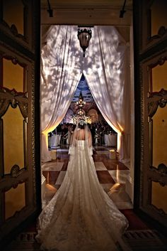 20 Must-Have Wedding Photos --9)The Dramatic Entrance