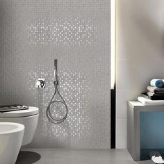 Marazzi Lite har nydelig spill i sine nesten sølvfargede mosaikkfliser 💖 #modenafliser #modena #fliser #ceramic #wall #floor #tiles…