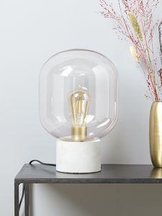 Lampe à poser aussi épurée que tendance. L'association du verre et du métal lui procure un style industriel contemporain. Et pour encore plus d'effet,
