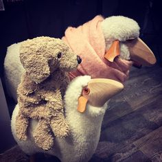 I would love to have a fluffy sheep taxi. I think this is what I will put on my wish list! #lovelaughlobilat #cosy #plushiesofinstagram #hundeliebe #sheepsofinstagram #fluffydog #fluffy #f4f #fluffysheep #fluffytaxi #schafe  #schäferhund #taxi #christmaswish