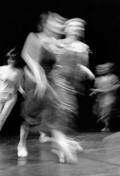 Compagnie Mouv  Danse floue en noir et blanc  Copyright: Eric Le Roux