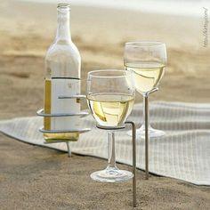 A gente adorou esse suporte pra levar vinho pra praia e não sujar a garrafa e as taças. #vinho #wine #instavinho #instawine #verão