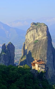GREECE TRAVEL INSPIRATION | This is Meteora, a land of rock-perched monasteries and natural beauty!
