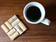 Wine Corks - 10 Easy DIY Coasters to Gift or Keep on HGTV - Something I can actually make! Coaster Crafts, Cork Crafts, Easy Crafts, Easy Diy, Wine Cork Coasters, Diy Coasters, Homemade Coasters, Recycling, Diy Recycle