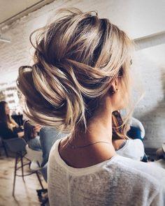 Ein lockerer Dutt ist das perfekte verspielte Haarstyling für Eure Hochzeit. Mit dieser ausgefallenen Brautfrisur verzaubert ihr