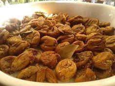 """Η Συνταγή είναι από Ειρήνη Σταματέλλη – """"ΟΙ ΧΡΥΣΟΧΕΡΕΣ / ΗΔΕΣ"""". Υλικά: μεγάλα ξερά σύκα καρύδια χοντροκοπανισμένα σουσάμι κανέλα,λίγο γαρυφαλλο πιπερόριζα (τζίντζερ) (προαιρετικά) Εκτέλεση: Μαζεύουμε τα μεγάλα σύκα τα καθαρίζουμε αν έχουν πετρες και χωματα αν είναι Almond, Meat, Chicken, Party, Food, Essen, Almond Joy, Parties, Meals"""