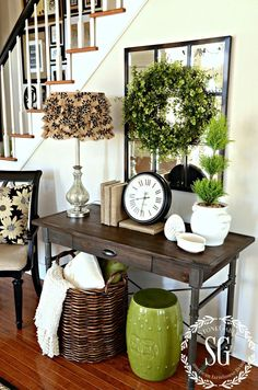 Beautiful Entry Table Decor Ideas to give some inspiration on updating your house or adding fresh and new furniture and decoration. Country Decor, Farmhouse Decor, Farmhouse Style, Modern Farmhouse, Decoration Entree, Foyer Decorating, Decorating Ideas, Decor Ideas, Decorating Cakes