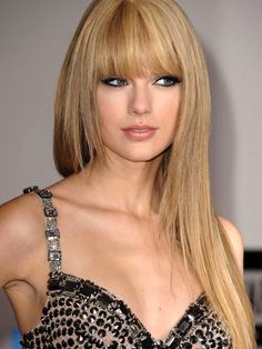 Taylor Swift, love the straight look on her, so much more mature Winter Hairstyles, Hairstyles With Bangs, Pretty Hairstyles, Straight Hairstyles, Hairstyle Ideas, Taylor Swift Make-up, Taylor Swift Haircut, Super Hair, Strawberry Blonde