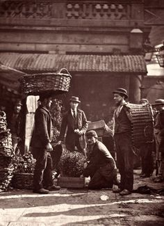 1877 - Covent Garden Labourers From 'Street Life in London' - by John Thomson & Adolphe Smith (vintage photo, victorian era) Victorian London, Victorian Street, Victorian Life, Vintage London, Victorian History, London History, British History, Old Pictures, Old Photos