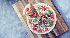 La recette parfaite pour l'apéro : la pizza pastèque, frais et sain. A la féta, tomates cerises, piquions, roquette, basilic, citron vert. Vanessa Pouzet