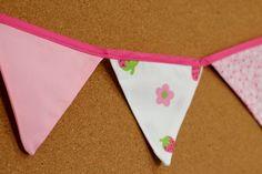 Presentes e Mimos - Bandeirinhas de tecido - Rosa IV -  {Pronta-entrega} - faixa com aproximadamente 1,40 m - 10 bandeirinhas de tecido com fino acabamento - cada bandeirinha mede aproximadamente 12 cm x 12 cm - www.tuty.com.br #tuty #presentes #mimos #bandeirinhas #tecido
