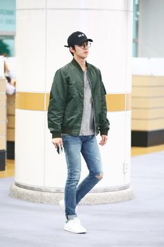 Sehun - 160528 Gimpo Airport, arrival from Shanghai Credit: Iridescent Boy… Korean Fashion Men, Kpop Fashion, Asian Fashion, Mens Fashion, Fashion Outfits, Airport Fashion, Curvy Fashion, Fall Fashion, Style Fashion