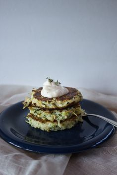 Kohlrabi and Zucchini Fritters with Wasabi Mayo Zucchini Fritters, Lunch Ideas, Sandwiches, Yummy Food, Breakfast, Healthy, Kitchen, Recipes, Zucchini Tots