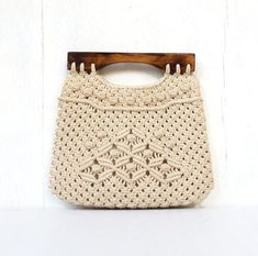 vintage folk macrame handbag purse philippines burmuda purse with wood handles BEACHES Macrame Purse, Macrame Knots, Micro Macrame, Macrame Jewelry, Macrame Chairs, Purse Tutorial, Handmade Purses, Macrame Projects, Macrame Tutorial