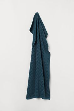 Bath towel in cotton terry with a jacquard-weave zigzag pattern. Hanger loop on short sides. Series includes towels in several different sizes. H&m Fashion, Cute Fashion, World Of Fashion, Fashion News, Fashion Online, Motif Zigzag, Zig Zag Pattern, Linen Tshirts, H&m Home