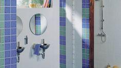 Baldosas y azulejos para el baño en colores cerámica intensos y juveniles combinados con pavimentos de diseño que consiguen una moderna composición cerámica en tonos azules, verdes y blancos que personaliza el ambiente cerámico haciéndolo diferente a los demás  AMBIENTE REALIZADO CON LA SERIE 819/820 BLANCO, AZUL Y VERDE 25X25, PAVIMIENTO 518 AZUL 33,3X33,3