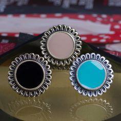 Anéis Margarida! #anel #aneis #cores #vivo #flor #flower #azul #bege #preto #mandala #moda #look #acessorio