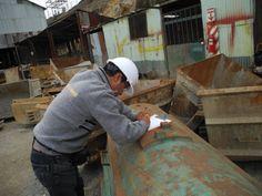 Colaborador tomando medidas de la tolva de carrito minero