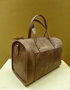 Bolso tipo baúl en cuero marrón. ¡Perfecto para bolso de mano en tus viajes de este verano!