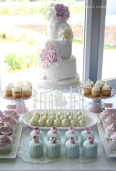 Love the idea of mixing cake with cupcakes and cake-pops. Makes it fun and gives options. Do an ornate small cake and complimentary styled cupcakes and cake-pops. Candy Table, Candy Buffet, Pretty Cakes, Beautiful Cakes, Wedding Desserts, Wedding Cakes, Table Wedding, Cake Pops, Decors Pate A Sucre