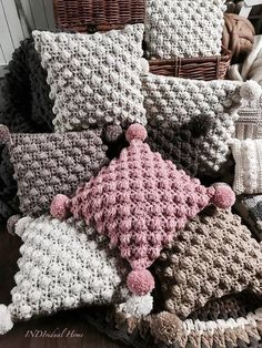 Cojín crochet Creative knitting ideas models Great knitting knitting ideas with crochet Very cute crochet knitted , cute and interesting shapes and designs with wonderful color knitting models… Crochet Pillow Patterns Free, Crochet Bedspread, Crochet Motifs, Crochet Stitches, Knitted Cushion Covers, Knitted Cushions, Crochet Home, Knit Crochet, Free Crochet