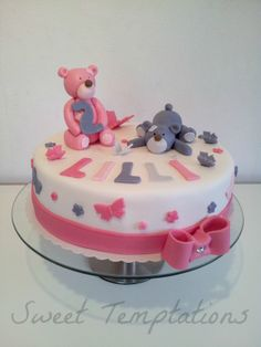 Teddy Bear Girly Cake - Birthday cake with teddy bears for a little girl. Cake is filled with vanillasponge and buttercream!