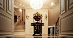 hall de entrada Stairs, Chandelier, Ceiling Lights, Lighting, Home Decor, Entry Hall, Stairway, Candelabra, Decoration Home