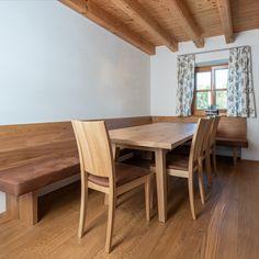 In diesem Haus wurden alle Möbel aus Eichenholz gefertigt, somit auch das Esszimmer samt Anrichte. Dining Table, Furniture, Home Decor, Oakwood Furniture, Ground Floor, Home Kitchens, House Interior Design, Dining Rooms, Decoration Home