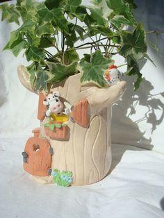 Vase céramique ou cache pot, tronc d'arbre maison de vaches, en vente ici: http://www.alittlemarket.com/art-ceramique/fr_vase_ceramique_en_forme_de_tronc_d_arbre_habite_par_des_vaches_-15204589.html