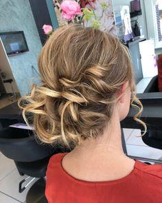 Onze haarstylisten zorgen ervoor dat jij altijd lekker in je haar zit. Up Hairstyles, Dreadlocks, Hair Styles, Beauty, Hair Plait Styles, Hairdos, Haircut Styles, Up Dos, Dreads