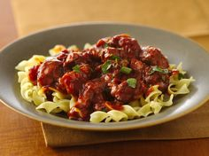 Add Hungarian flavors to your dinner table with this traditional beef and pasta goulash – a hearty meal for six. Goulash Recipes, Slow Cooker Recipes, Crockpot Recipes, Cooking Recipes, Healthy Recipes, Yummy Recipes, Pasta Recipes, Slow Cooking, Salads