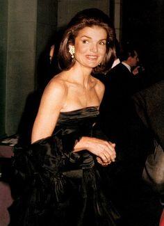 Stijl Jackie Kennedy Onassis, blote schouders.