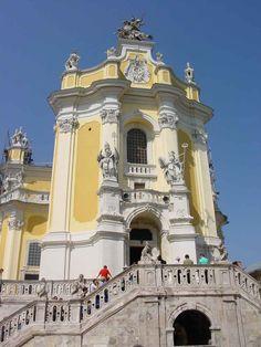 Fachada da Catedral de São Jorge em Lviv, Ucrânia. Vê-se estátua de São Jorge montado, perfurando com uma lança o dragão, e duas estátuas de São Leo e Santo Anastácio, o Papa e o Patriarca, símbolo da unidade da Igreja. Esta igreja pertence à Igreja Greco-Católica Ucraniana.