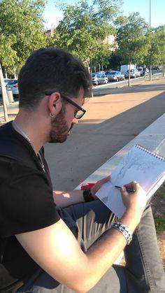 Una de las fotografía que me realizadó un transeunte que pasaba por allí mientras realizaba el apunte ''paisajista''. Aportando así mi ''urban skecher'' a la tarea.