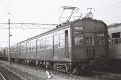 クモハ73085(写真)は、前面窓が木製の貴重な車両だった。この車両はモハ63721(63系電車)として1948年に製造され、1952年の改造後に72系に編入されたもの。南武線、中原電車区にて。1977年11月