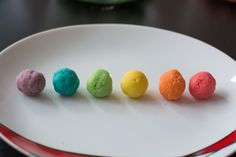 A quick rainbow cake pop tutorial. Want to know how you layer cake pops to make vibrant Rainbow Colours. It's not as hard as you think, read our tutorials.