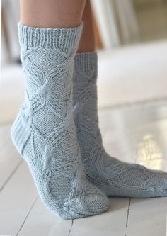 Teetee Tundra -villasukat Knitted Socks Free Pattern, Knitting Socks, Hand Knitting, Knitting Patterns, Knit Socks, Crochet Slippers, Knit Crochet, Cozy Socks, Blue Socks