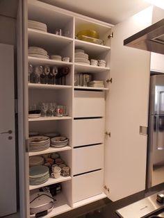 Louças organizadas, e Dispensa de alimentos fora da visão em gavetões…