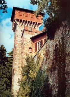 Carpento Castle~dominates Valperga, was built in the tenth or eleventh century by feudal lords and was later enlarged by the earls of Valperga.