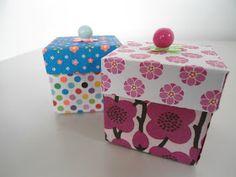 Når først skabelonen på disse små gaveæsker er på plads, tager de ingen tid at folde. Kan bruges til pynt eller små gaveæsker...