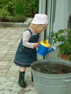 Cattis och Eiras Trädgårdsdesign: Barn i trädgården. Skapa en trädgård som barnen trivs i!                                             En tunna med vatten och vattenkannor kunde vara kul för barnen.