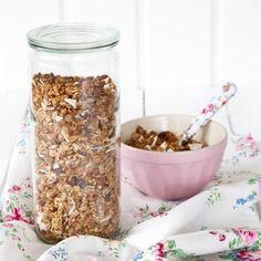 Chcete do nového roku i dne vykročit se zdravou snídaní? Vyzkoušejte domácí müsli podávané s jogurtem. Je velmi snadné na přípravu a vy si jej můžete přizbůsobit zcela své chuti. <br /> Dessert, Granola, Cereal, Oatmeal, Sweets, Breakfast, Cake, Food, Food Food