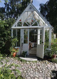 Valkoinen ja koristeellinen kasvihuone on varmasti tavoitelluimpia malleja puutarhaan. www.kotipuutarha.fi