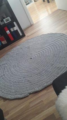 Virkad matta med grått zpagettigarn