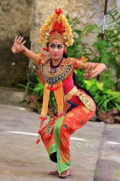taken from bali Indonesia, good place. Bali Lombok, Indonesian Art, Indonesian Girls, Traditional Fashion, Traditional Dresses, Classic Dance, Bali Girls, Exotic Dance, Barong