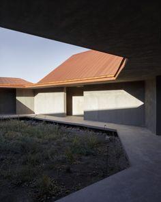 Le C.I.D. ou Centre d'Interprétation du Désert, est un bâtiment public érigé dans le désert le plus sec du monde, le désert d'Atacama au Chili. Nous devons