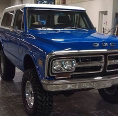 Loving this blue paint on this GMC Jimmy. Wish I knew more about this rig.