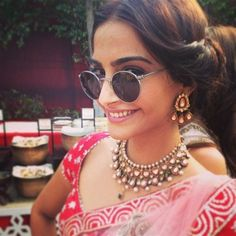 Sonam Kapoor in retro sunglasses and classic Indian necklace (in kundan style with pearls) xoxo Indian Wedding Jewelry, Indian Bridal, Indian Jewelry, Bridal Jewelry, Sonam Kapoor Wedding, Bridal Jewellery Inspiration, Indian Necklace, Bride Necklace, Pearl Necklace