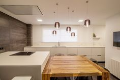 cocinas-blancas-con-mesa-madera-santos-clysa-21